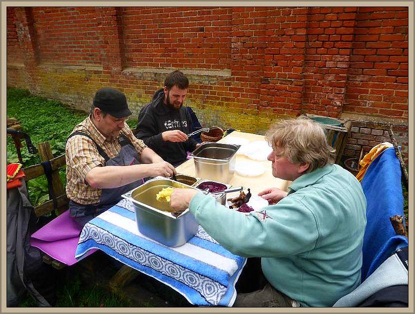 Bei Schloß Wiligrad gab es dann wieder Mittag unter freiem Himmel. Gänsebraten mit Salzkartoffeln, Rotkohl und Soße.