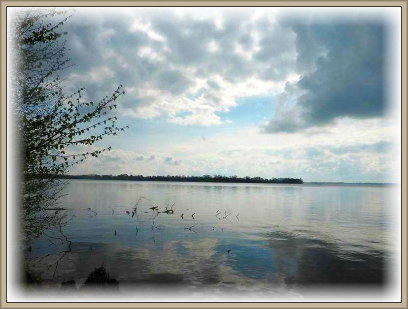 Blick auf den Schweriner Außensee auf die Insel Lieps. Hier soll sich mit 60 Meter die tiefste Stelle des viertgrößten, deutschen Binnensees befinden.