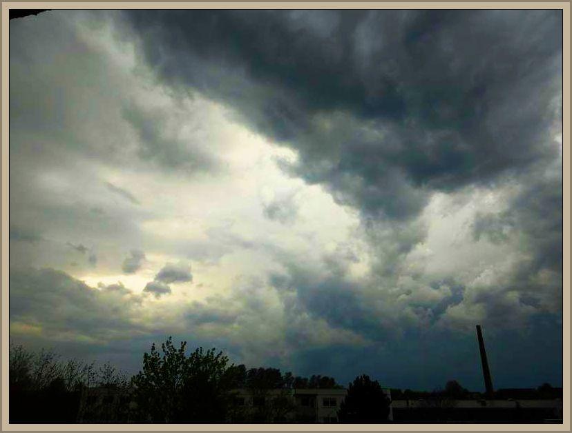 Gewitteraufzug gegen 18.00 Uhr in Wismar. Kurz danach folgte ein kurzer, aber heftiger Wolkenbruch. Blätter und kleine Ästen wurden von den Bäumen gerissen und einige Ampelanlagen waren danach außer Betrieb.
