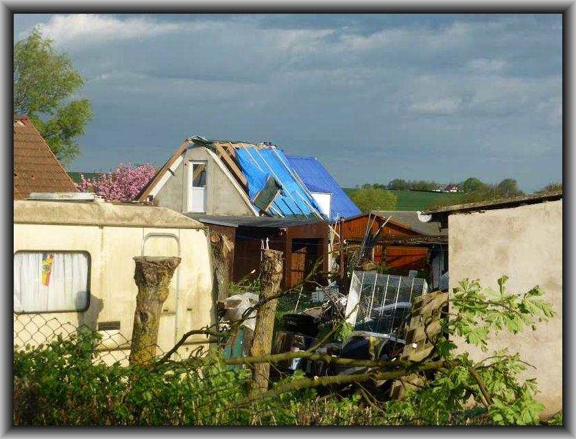 Ganze Dächer wurden fortgetragen und notdürftig repariert.