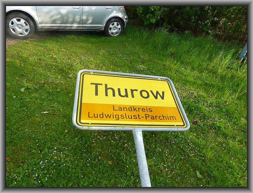 Thurow, ein kleiner Vorort des städtchens Brüel direkt an der B 104 und ein Katzensprung von der Keezer Schmiede, der Außenstelle des Steinpilz - Wismar entfernt. Das Ortsschild liegt umgeknigt.