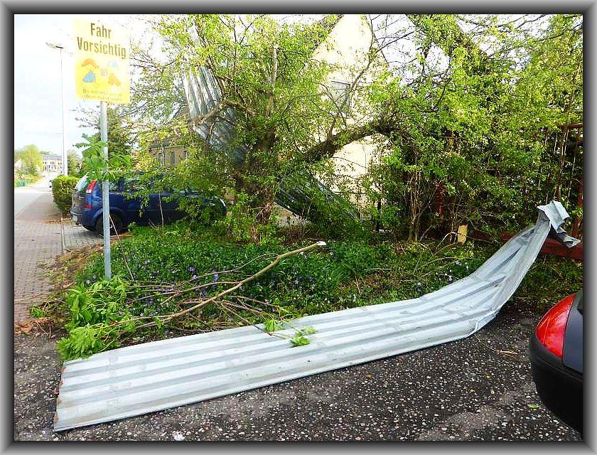 Die Leitplanken an der Bundesstraße wurdem wurden herausgerßen und landeten auf den Grundstücken oder hingen in den Bäumen.