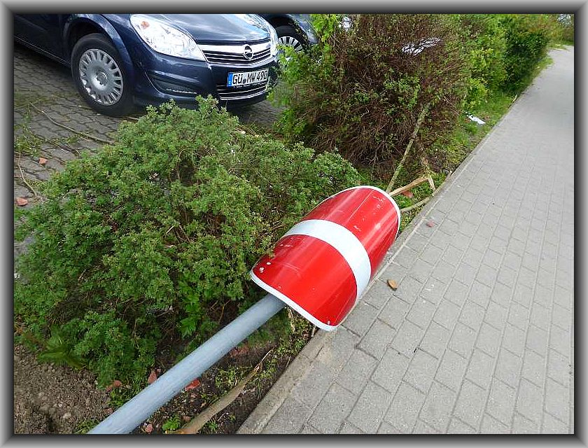 Auch dieses Verkehrszeichen hat es erwischt. Es ist nicht nur umgefallen, sondern auch gleich noch formschön verbogen.