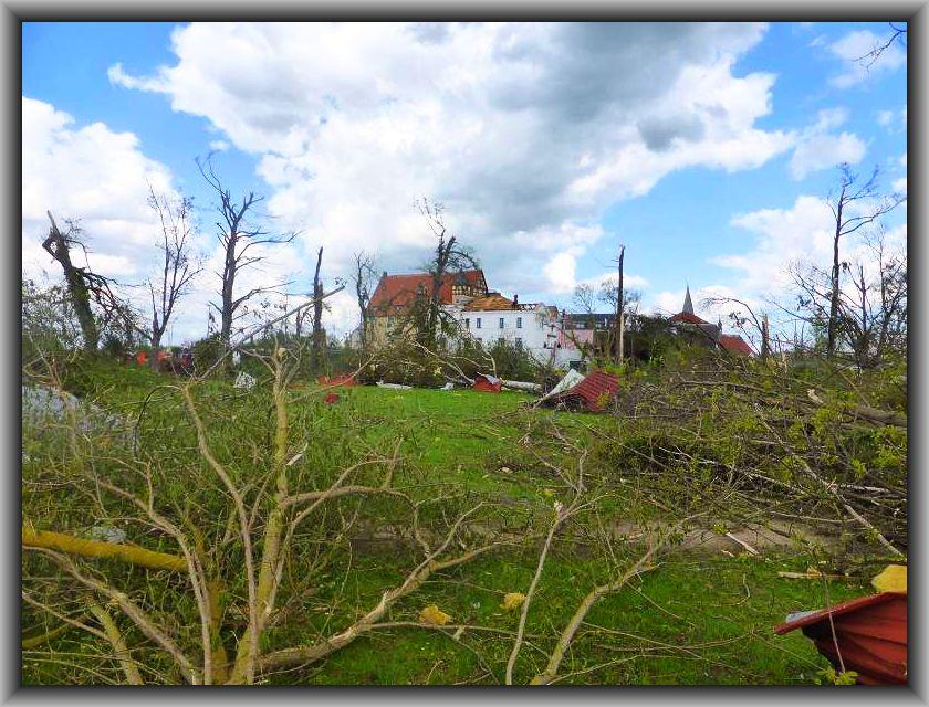 Blick über eine Parkanlage. Hier hat kein Baum den Tornsdo überstanden. Was noch an Strünken steht, dürfte wohl nur noch zu Brennholz taugen.