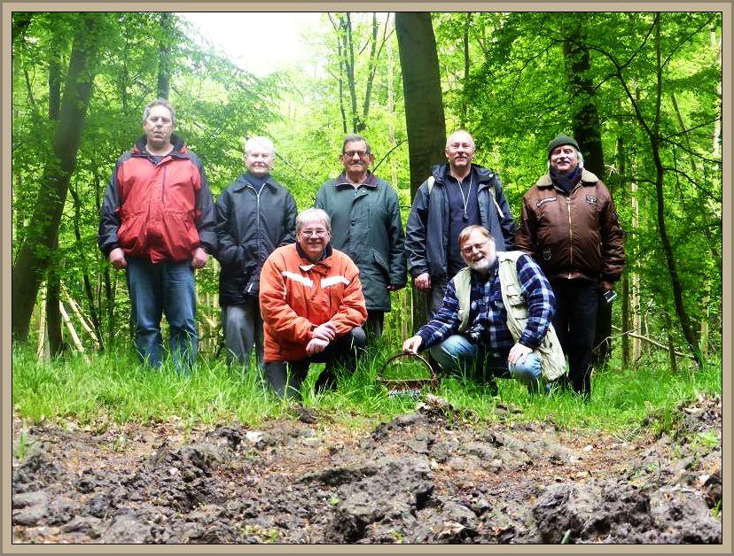 Unser Gruppenbild. Eine kleine Truppe waren wir heute, aber Dank der Rehnaer Pilzfreunde wurde es doch noch recht interessant, denn wir hätten den Waldtümpel einfach links liegen gelassen und hätten natürlich nicht gezielt nach den Winzlingen geschaut, die an fast jedem alten Kräutlein und Hölzchen zu finden sind.