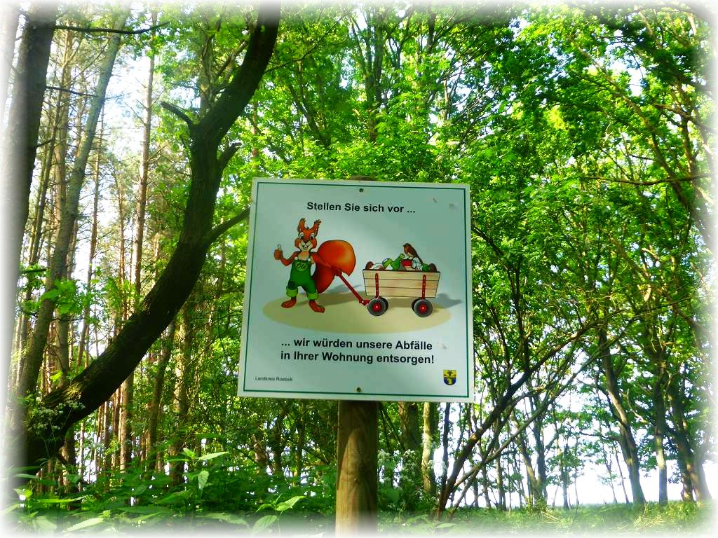Ein originelles Hinweisschild um den Wald sauber zu halten. Ob es einige Zeitgenossen abhalten wird, die leider all zu gerne ihren Müll in der Natur abladen, bleibt zu hoffen. Dieser Waldbereich war zumindest, wenn man von einigen Stellen abzieht, wo Planzenreste abgelagert wurden, frei von Müll.