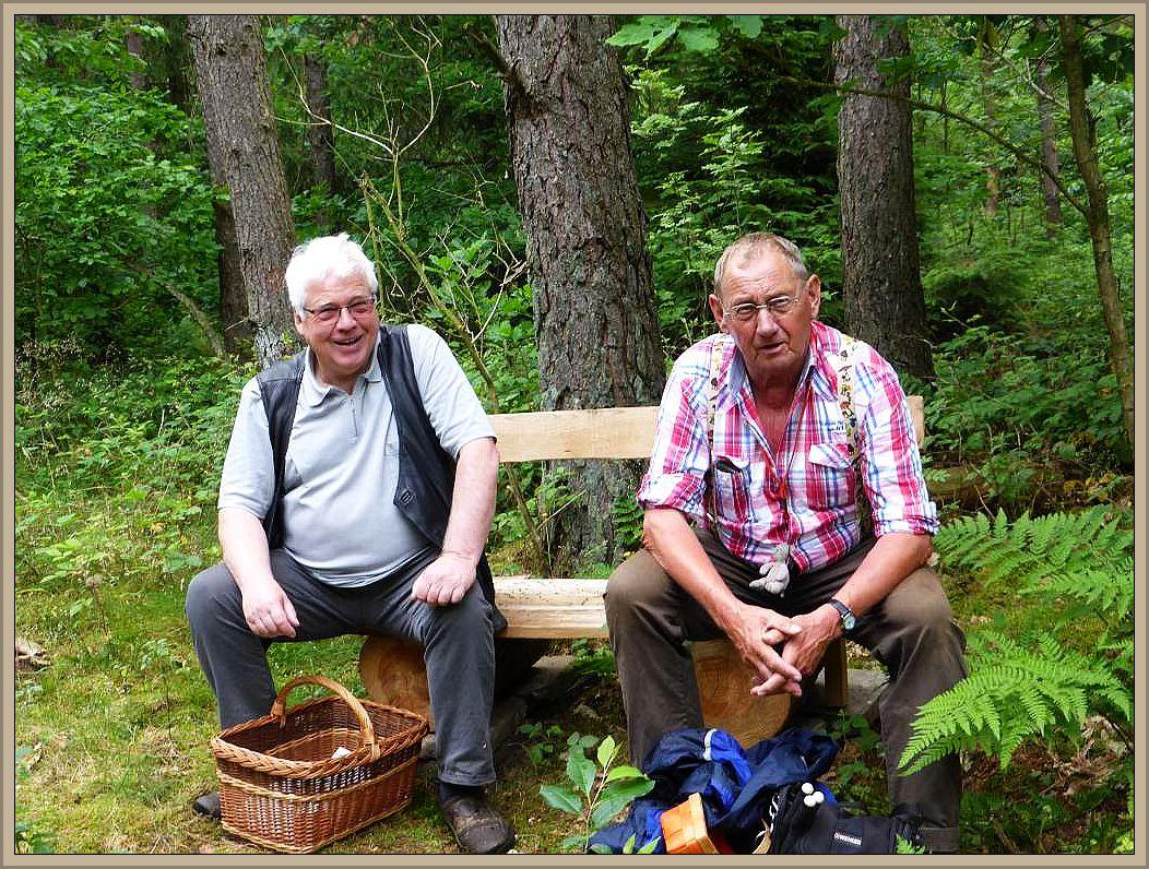 Eine von Forstleuten frisch aufgestellte Bank, vieleicht sogar extra für uns, animierte Jochen und Klaus sogleich zu einer kurzen Verschnaufpause.