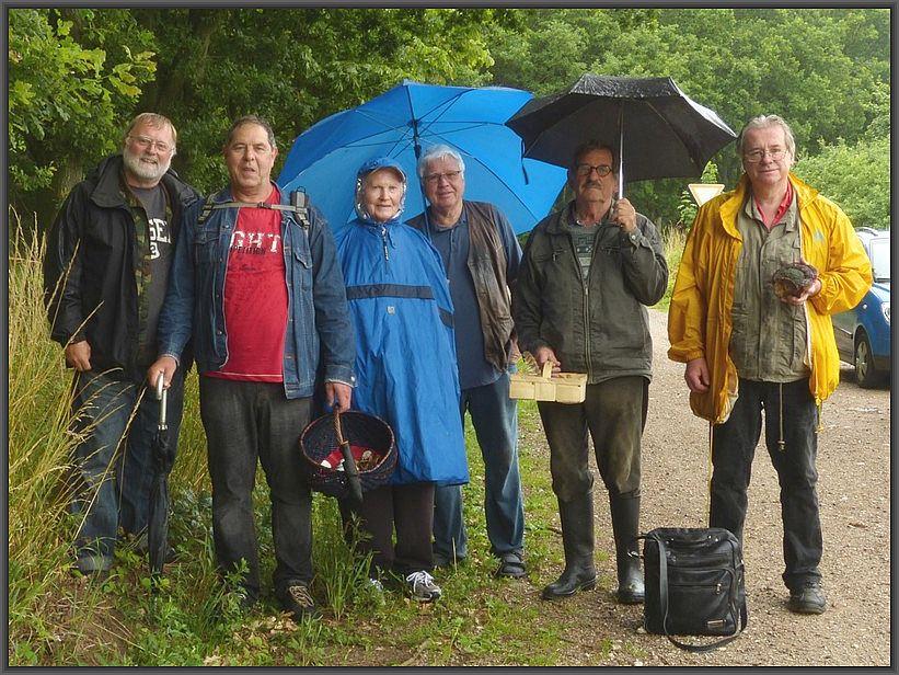 Da es sich eingeregnet hatte und uns ohnehin nur der monotone Fichtenwald zur Verfügung stand, war die Tour bereits am späten Vormittag beendet. Hier unser Gruppenfoto am Waldrand bei Beidendorf.