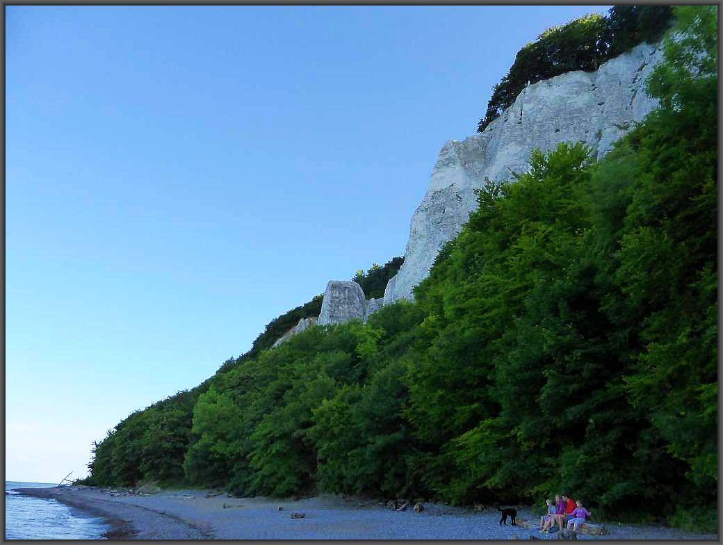 118 m erhebt sich majestätisch der Königsstuhl und die anschließende Viktoriasicht vom Strand der Ostsee empor. Noch schöner kann der Königstuhl von der Aussichtsplattform der Vikroriasicht von oben bewundert werden oder vom Schiff aus dirkt vom Meer.