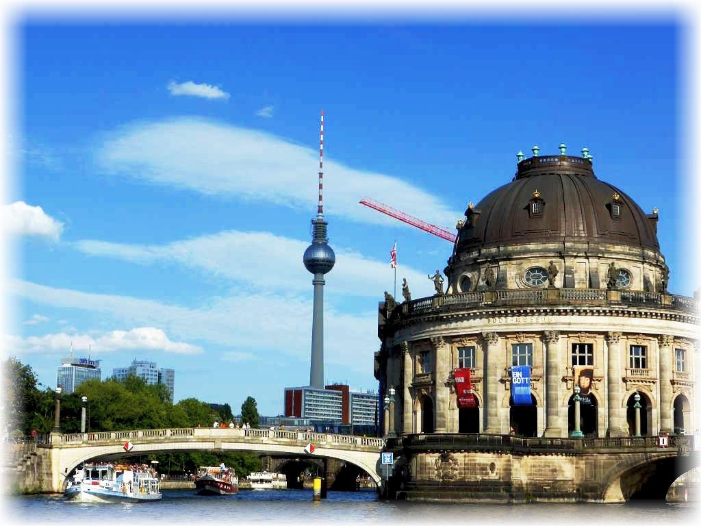 Blick von der Spree auf das weit hin sichtbare Wahrzeichens Berlins, dem 1969 im damaligen Ostberlin eingweihten Fersehturm, dem wohl immer noch höchstem Bauwerk Deutschlands.