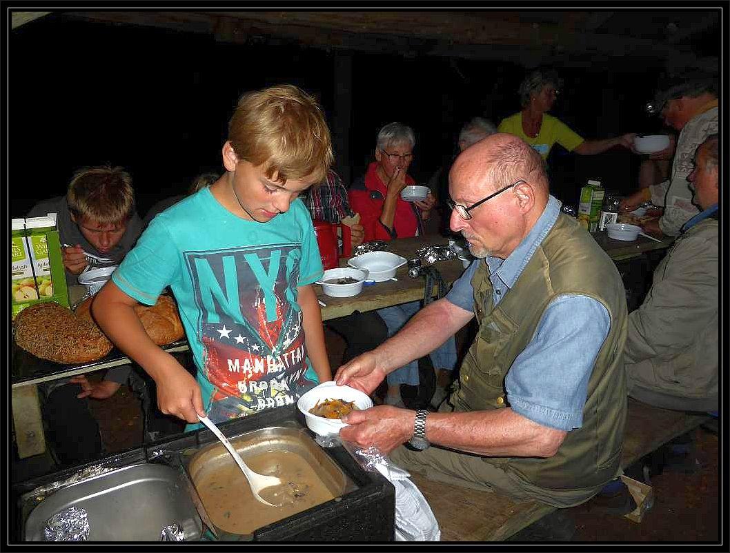 Jonas ist für das Austeilen der Waldpilzsuppe zuständig und hat saich auch sonst um das Wohl der Nachtwanderer zuvorkommend gekümmert.