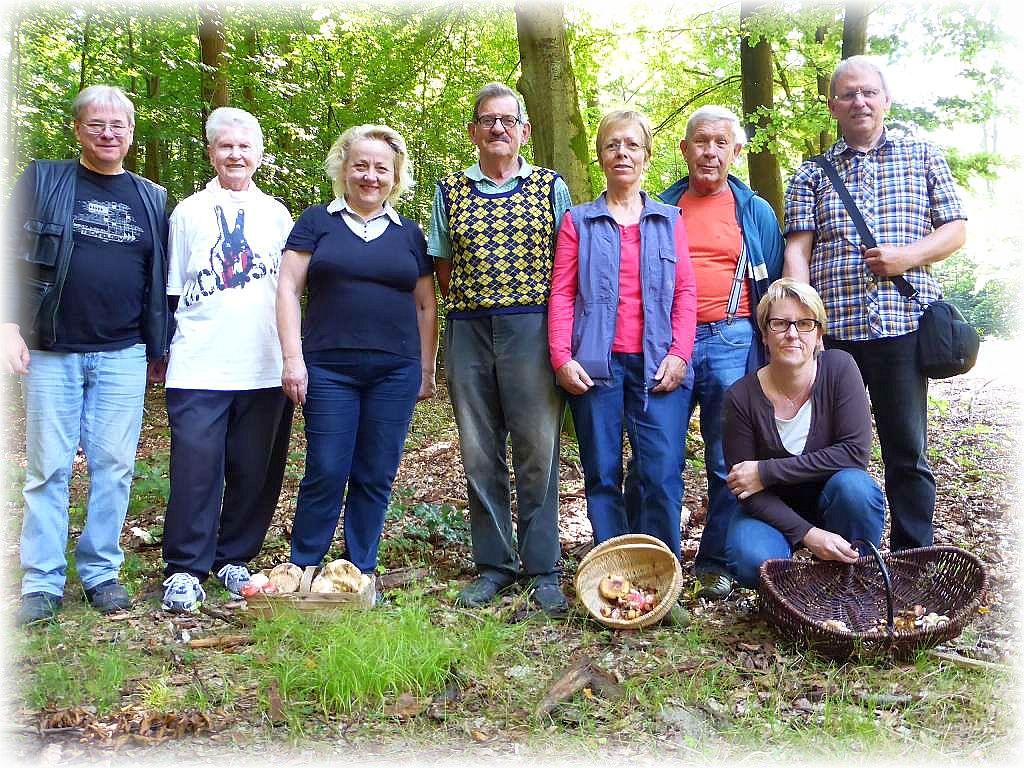 Wie auf unserem Erinnerungsfoto zu sehen, waren wir heute eine überschaubare Truppe. Um so gemütlicher ging es heute zu. 22. August 2015 im Wald bei Lenzen.