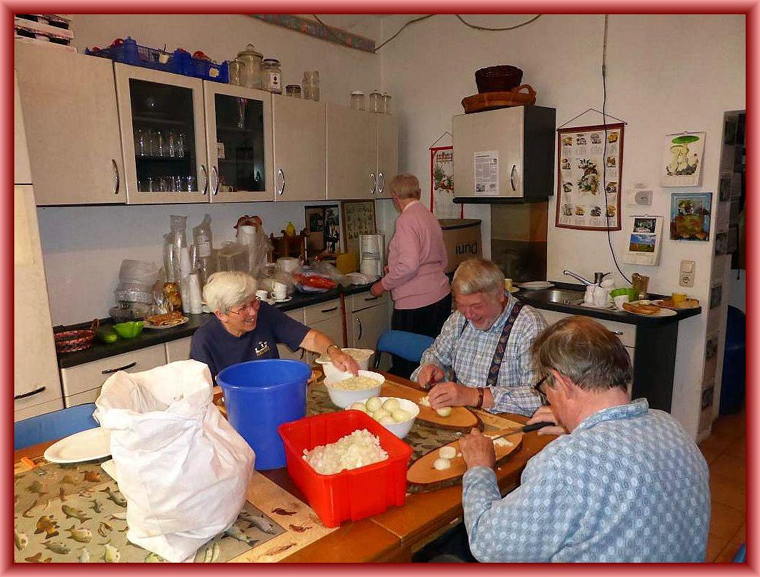 In der Küche werden inzwischen fleißig Zwiebeln gepellt.