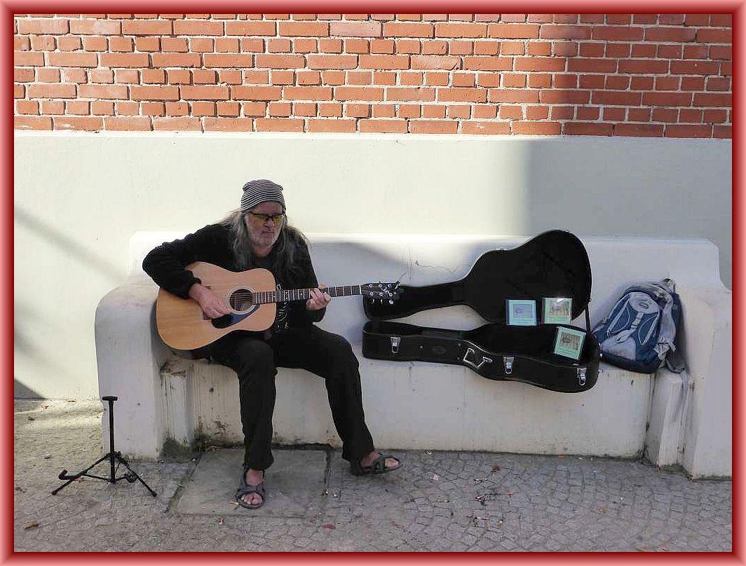 Gegenüber unserem Imbissstand spielt der Wismarer Rock - und Bluesmusiker Harald Kaiser Gitarre und stellt seine neue CD vor.