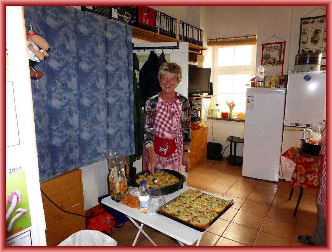 In der Küche bruzzelt die Pilzpfanne und werden weitere Leckerreien vorbereitet.