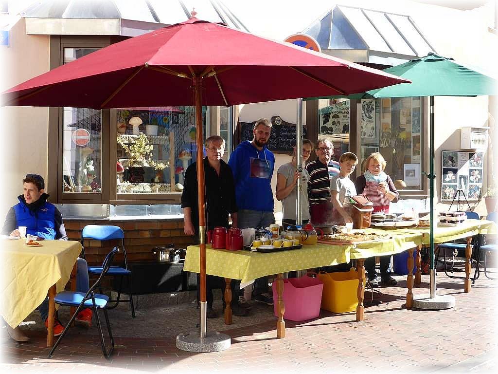 Das heutige Team an unserem Imbissstand. Vieleicht war es ein letztes mal, dass an unserem Stand leckere Pilzgerichte serviert wurden und der Duft frisch gebackener Waffeln durch die ABC Straße zog. 27.09.2015.