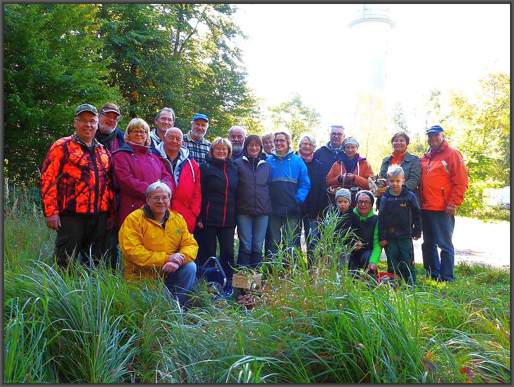 Hier unser Gruppen- und Erinnerungsfoto im Schlemminer Forst. Traumhaft schönes Wetter, viele Pilze und eine zauberhafte Wald- und Seenlandschaft dürfte den heutigen Pilzausflug noch lange nachwirken lassen. Es war eine wunderschöne Tour und vieleicht hat der eine oder andere Lust auf ein neues im nächsten Jahr bekommen. 11.Oktober 2015.