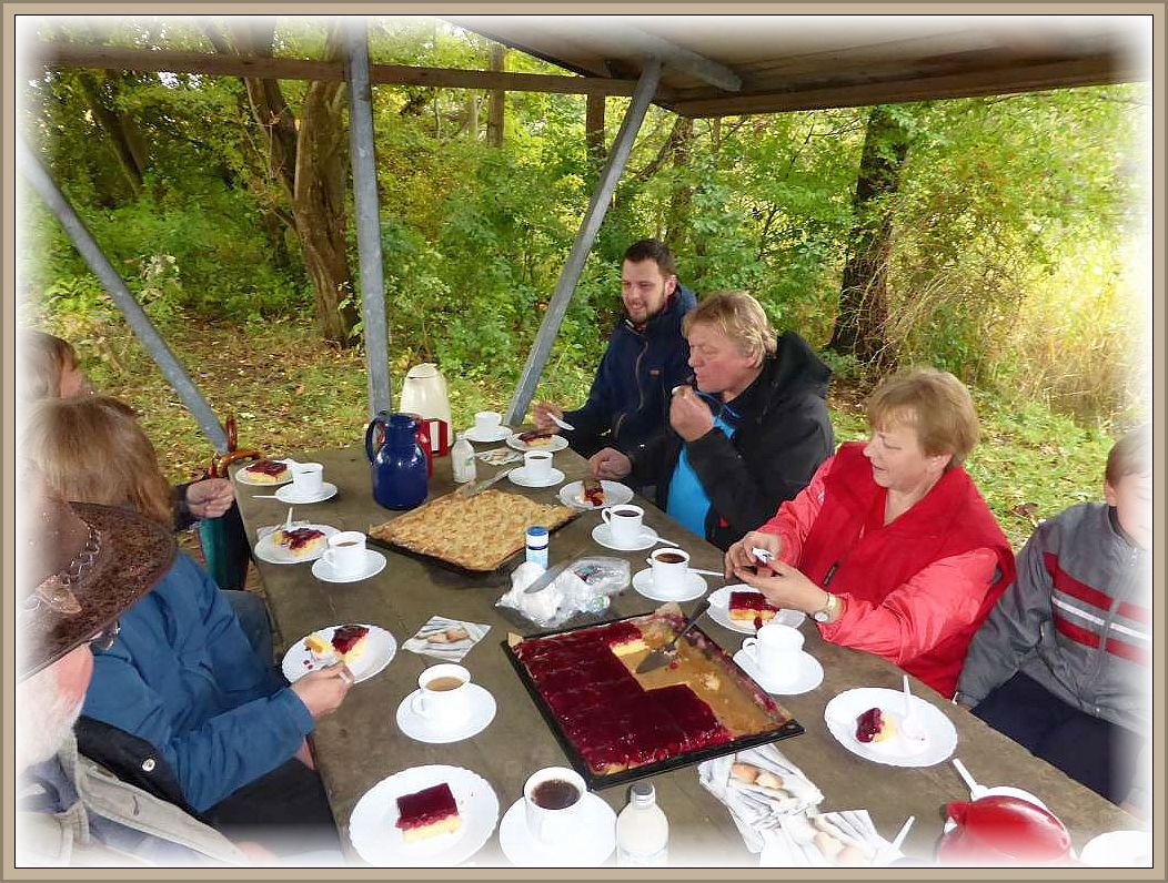 Schließlich gab es an einer überdachten Wanderhütte am Wustrowsee zum Abschied nochmals Kaffee und Kuchen.