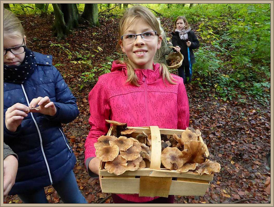 Auch hier eine glückliche Pilzsammlerin. Der Korb ist gefüllt mit leckeren Hallimsch.