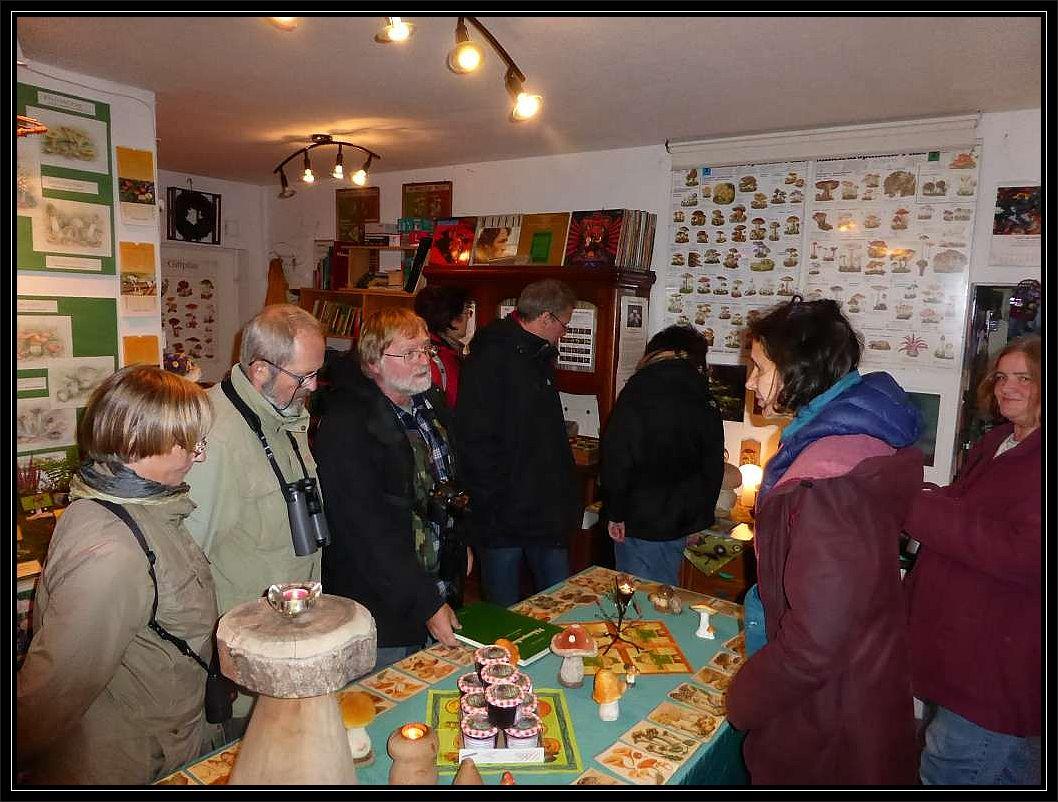Die Teilnehmer der birdingtours - Pilzreise in unserem mykologischen Informationszentrum in der ABC Straße 21.