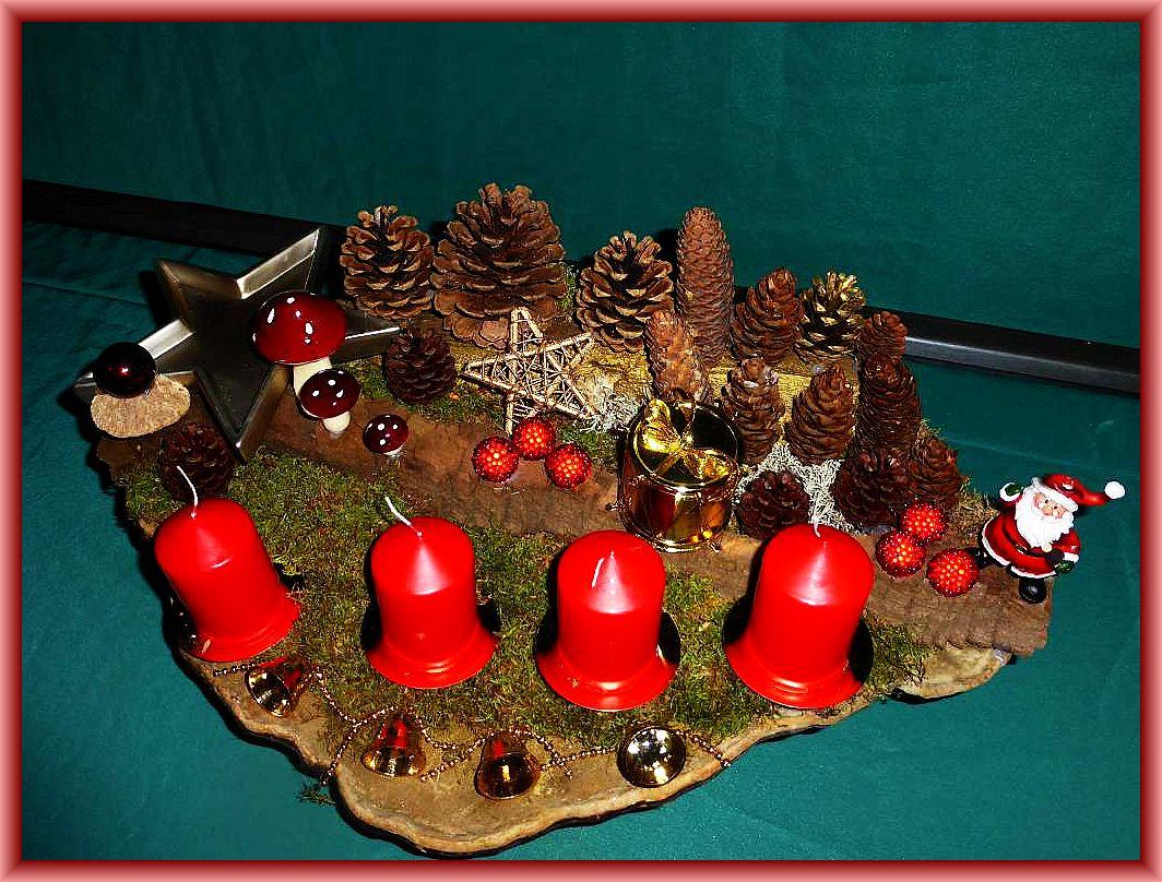 Gut 60 cm langes und 40 cm tiefes 4er Gesteck mit roten Stumpenkerzen auf großem Rotrandigem Baumschwamm mit Zapfen, Moss und Weihnachtsdekoration für 30,00 €.