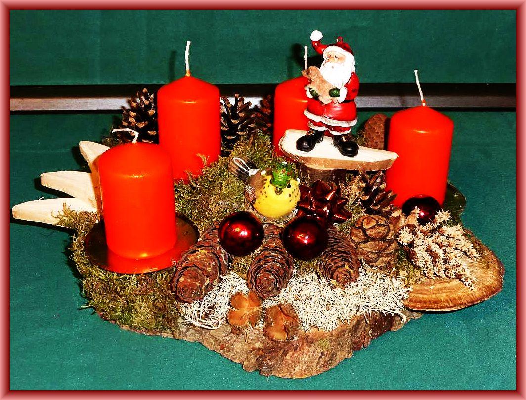 Rundliches 4er Gesteck mit roten Stumpenkerzen auf Baumscheibe, ca 30 cm im Durchmesser, mit Rötender Tramete, Birkenporling, Moos, Rentierflechte, Zapfen und Weihnachtsdekoration zu 15,00 €.