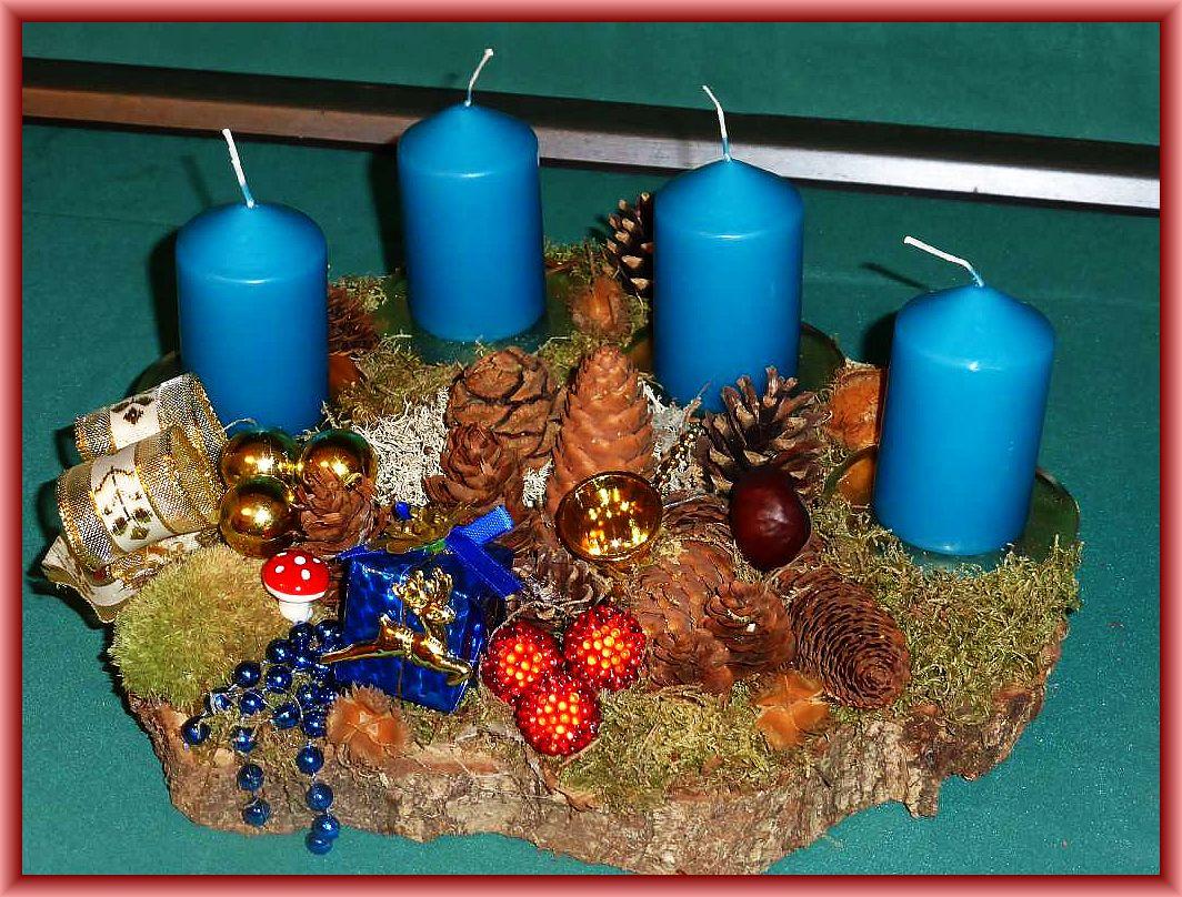 Rundliches 4er Gesteck auf Baumscheibe petrolfarbenen Stumpenkerzen, Moos, Ordenskissenmoos, Rentierflechte, Eichenwirrling, Zapfen und Weihnachtsdekoration zu 15.00 €.