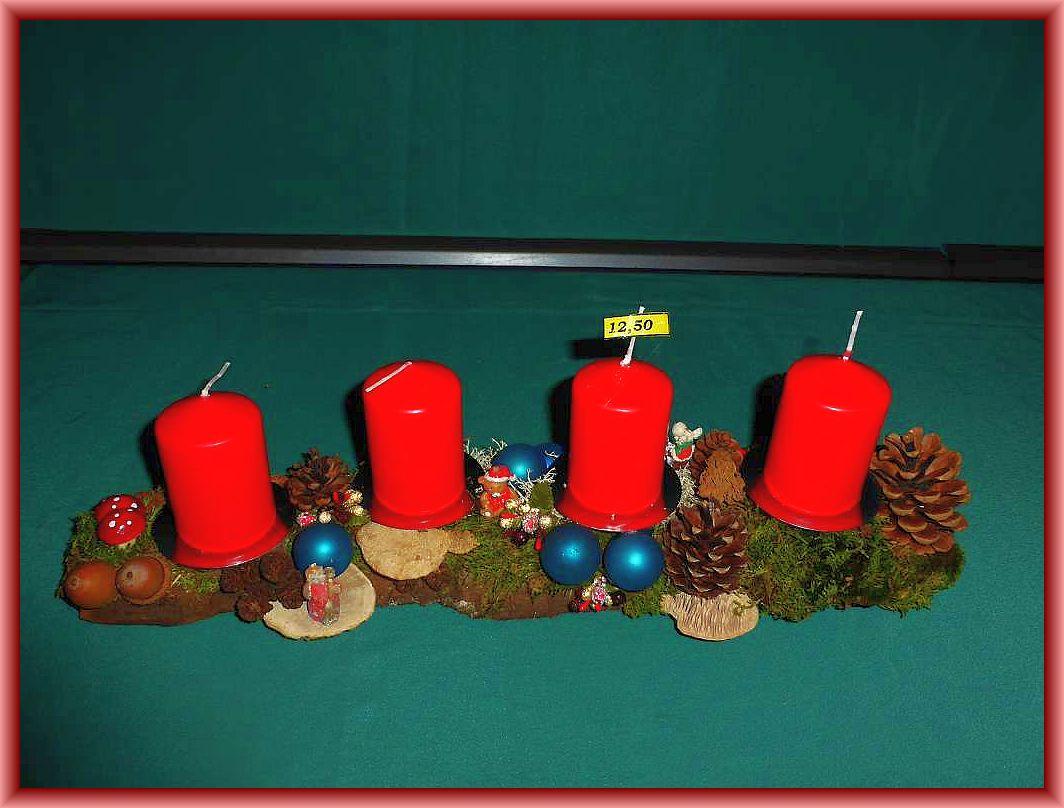 7. Etwa 45 cm langes und 10 cm tiefes 4er - Gesteck mit roten Stumpenkerzen auf stabile Baumrinde mit Moos, Zapfen, Eichenwirrling, Striegeliger- und Rötender Tramete sowie Weihnachtsdekoration zu 12.50 €.