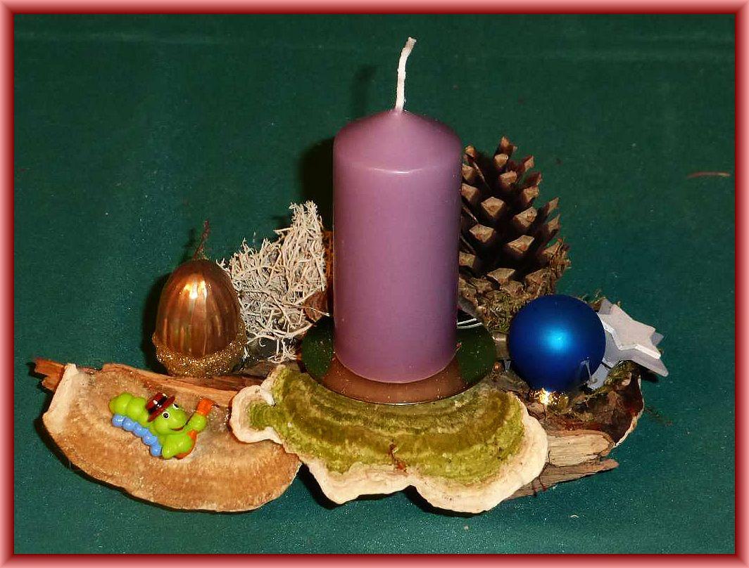 13, Kleine, freches 1er - Gesteck mit violetter Stumpenkerze auf Rotrandigem Baumschwamm, Striegeliger Tramete, Rentierflechte und künstlicher Dekoration zu 5.00 €.