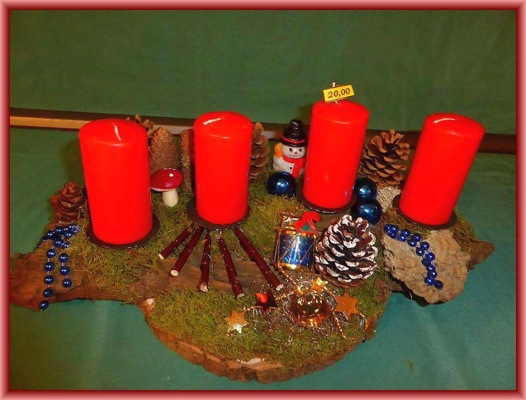 17. Großes, ca. 50 cm langes, bis 30 cm tiefes 4er Gesteck mit roten Stumpenkerzen auf Baumscheibe und Baumrinde mit Moos, Zapfen, Angebrannten Rauchporlingen sowie Weihnachtsdekoration für 20.00 €.
