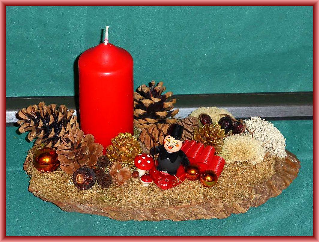 18. Ovales 1er Gesteck auf Baumscheibe, etwa 25 cm lang und 15 cm tief mit Moos, Oedenskissenmoos, Rentiefrlechte, Zapfen und künstlicher Weihnachts- und Neujahrsdekoration zu 8.00 €.