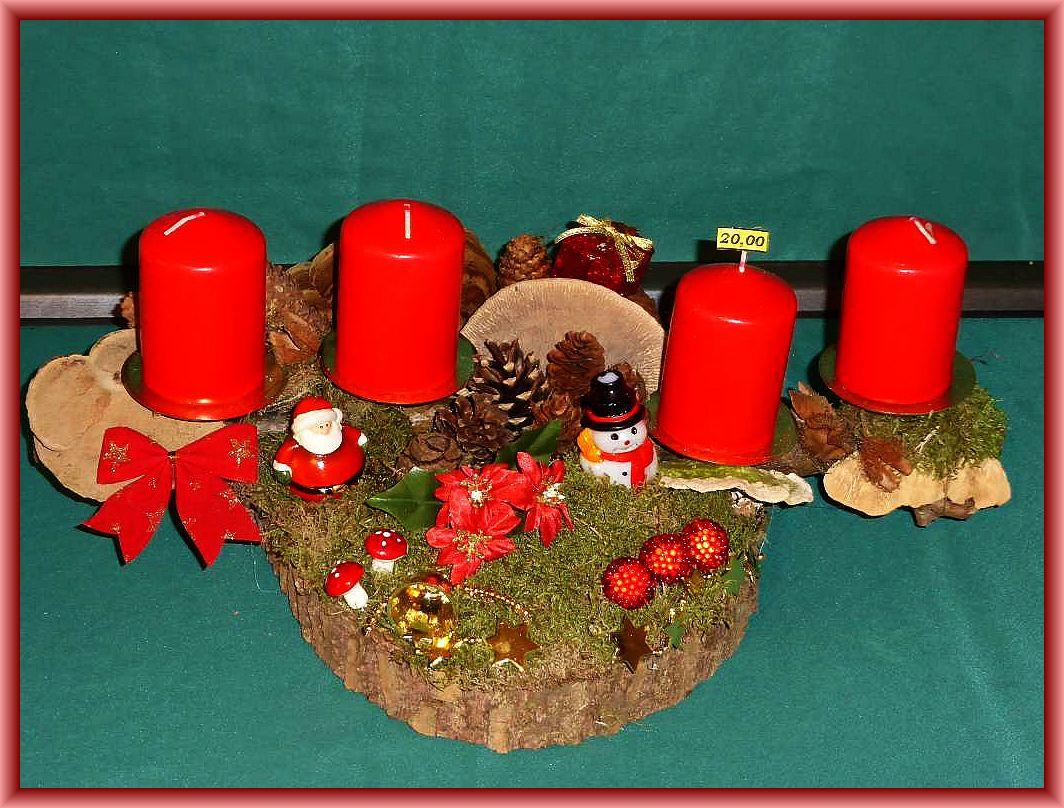 Länhliches 4er Gesteck auf stabiler Baumribde und Baumscheibe, 30 cm lang, bis 12 ch tief mit roten Stumpenkerzen, Moos, Rentierflechte, Zapfen und Weihnachtsdekoration zu 10.00 €.
