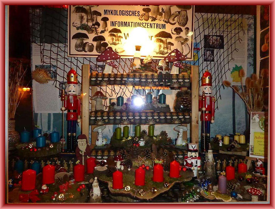 Viele unserer Gestecke sind in den beiden Schaufenstern ausgestellt und warten auf ihre Käufer, auch die gesamte Weihnachtszeit über.
