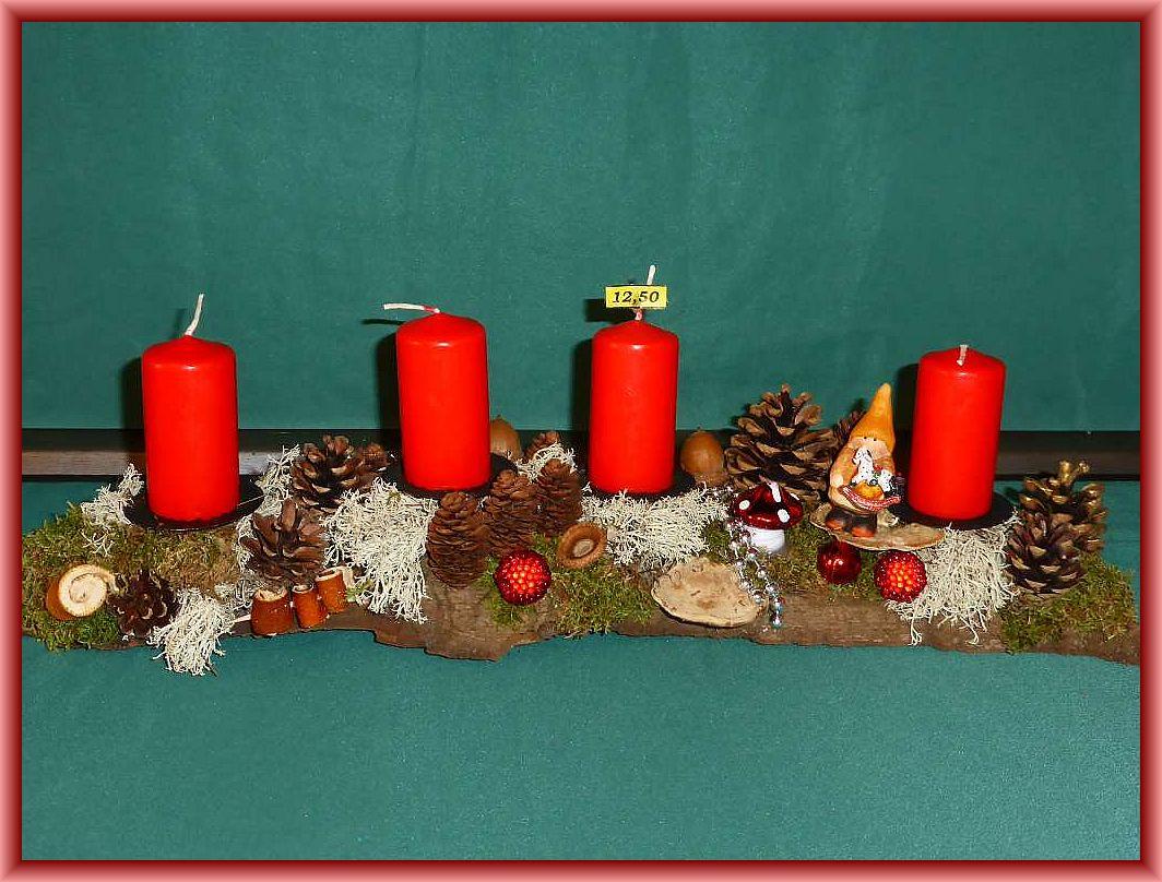 24. Etwa 50 cm langes, bis 12 cm tiefes 4er Gesteck mit roten Stumpenkerzen auf stabiler Baumrinde mit Moos, Rentierflechte, Zapfen, Flachem Lackporling, Striegeliger Tramete und ein wenig Weihnachtsdekoration zu 12.50 €.