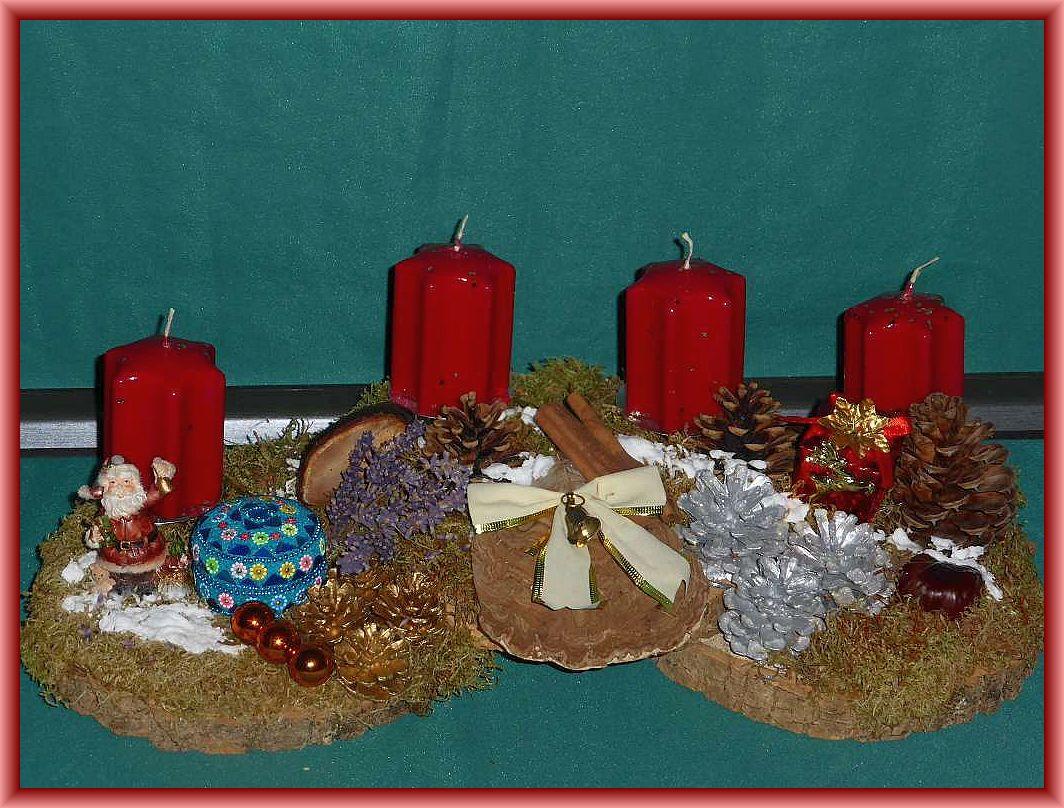 30. Großes, etwa 50 cm langes und 25 cm tiefes 4er Gesteck auf Holzscheiben, mit dunkelroten Sternkerzen, Moos, Flachem Lackporling, Rotrandigem Baumschwamm, Kiefernzapfen, Lavendel und Weihnachtsdekoration zu 15.00 €.