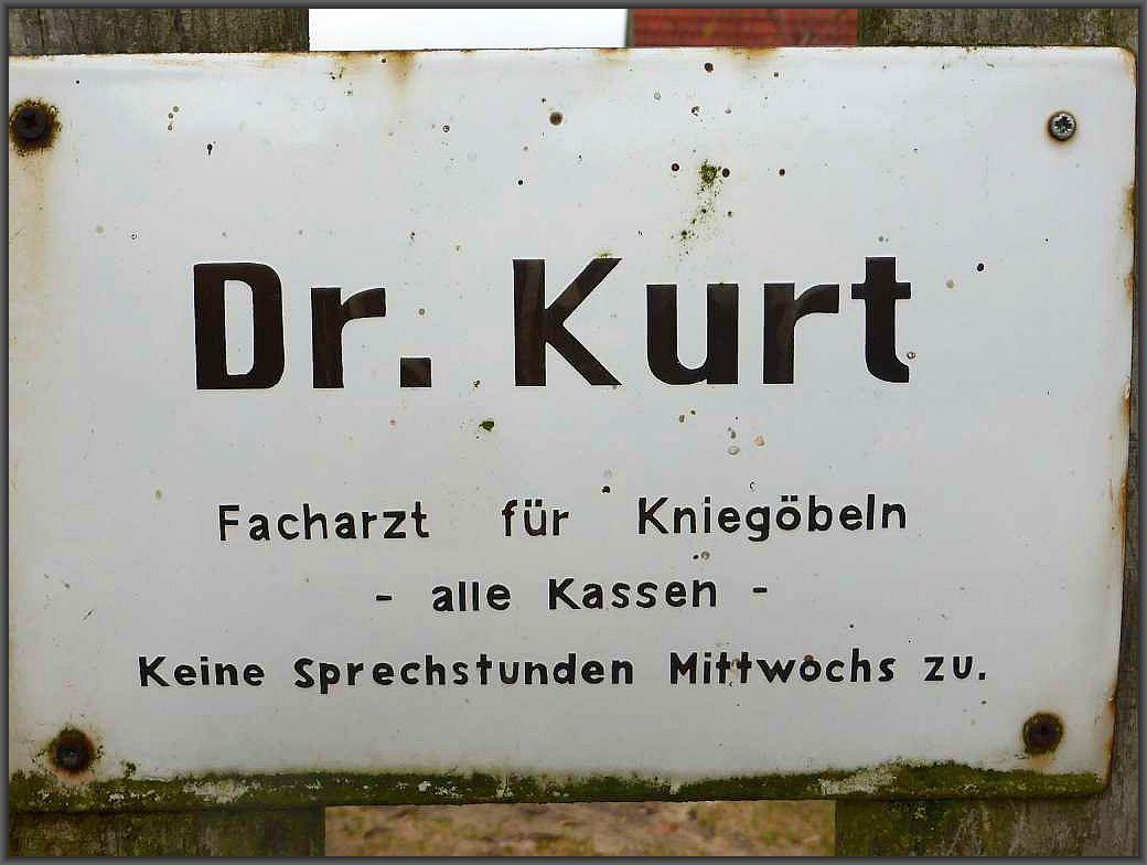 Unweit der Fundstelle der Täublinge befindet sich die Praxis von Dr. Kurt. Wer also Probleme mit den Kniegöbeln hat, ist hier bestens aufgehoben. Unklar nur die genauen Sprechzeiten!