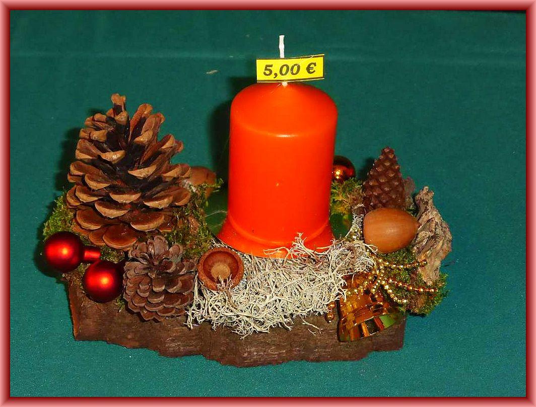 33. Kleines, etwa 15 cm langes 1er Gesteck mit oranger Stumpenkerze auf stabiler Baumrinde mit Moos, Rentierflechte, Zapfen und Weihnachtsdekoration zu 5.00 € - Verkauft.
