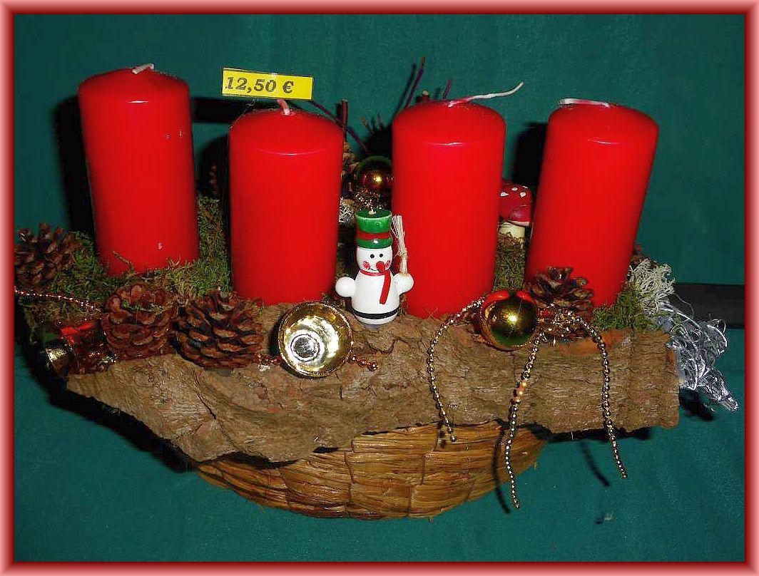 Kompaktes 4er Gesteck auf Korb und Baumrinde, Moos, Kiefernzapfen, Rentierflechte, Hartriegel, Weihnachtsdekoration und 4 roten Stumpenkerzen ohe Brennteller! 12.50 €.