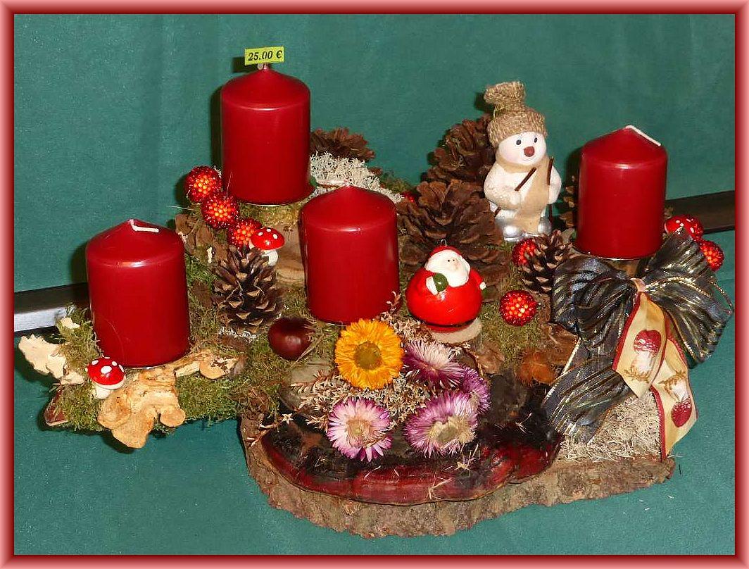 37. Großes, kompaktes 4er Gesteck (60/50/30 cm) auf Baumscheibe mit Rotrandigem Baumschwamm, Echtem Zunderschwamm, Schmetterlingstrameten, Moos, Rentierflechte, Kiefernzapfen, Trockenblumen, Pilzschleife und etwas Weihnachtsdekoration zu 25.00 €.