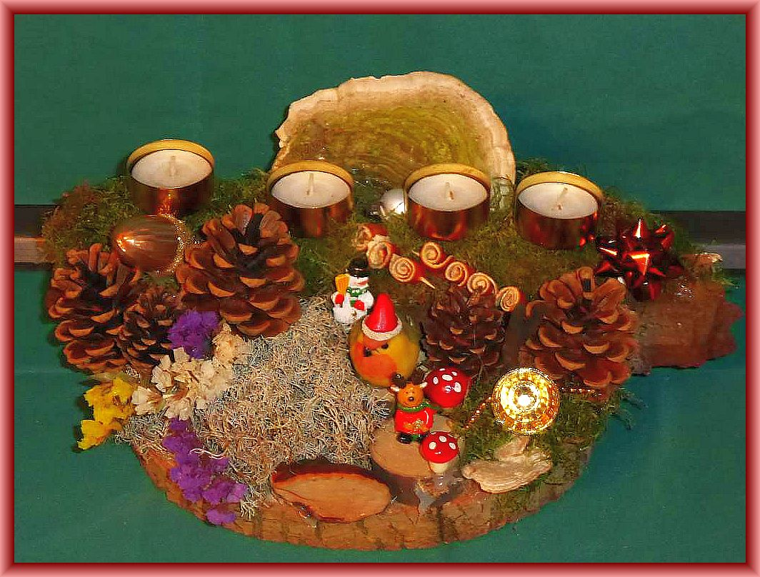40. Rundliches 4er Gesteck mit etwa 30 cm im Durchmesser mit Teelichtern auf Baumscheibe mit Moos, Rentierflechte, Rotrandigem Baumschwamm, Striegeliger Tramete, Ahorn - Holzkeule, Kiefernzapfen, Trockenblumen sowie Weihnachtsdekoration zu 10.00 €.
