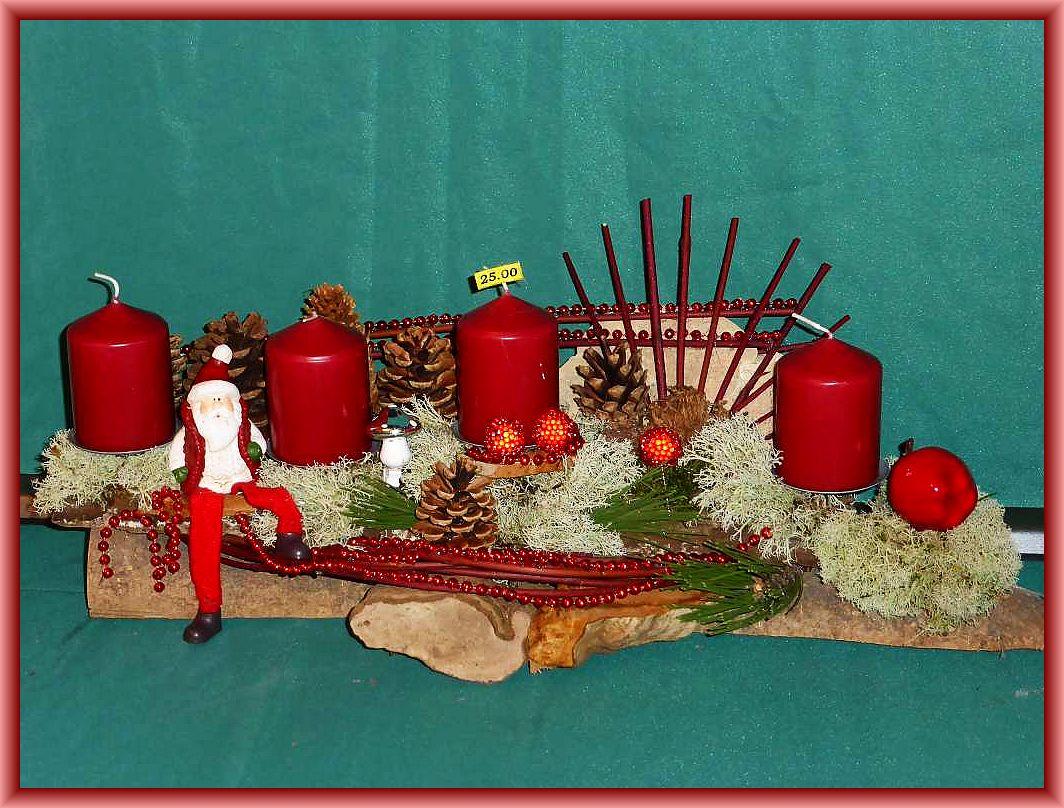 Etwa 50 cm langes, gut 20 cm tiefes 4er Gesteck auf Langholz mit Echtem Zunderschwamm, Buckel - Tramete, Rentierflechte, Zapfen, Hartriegelfächer, Weihnachtsmann und weiterer Dekoration zu 25.00 €.