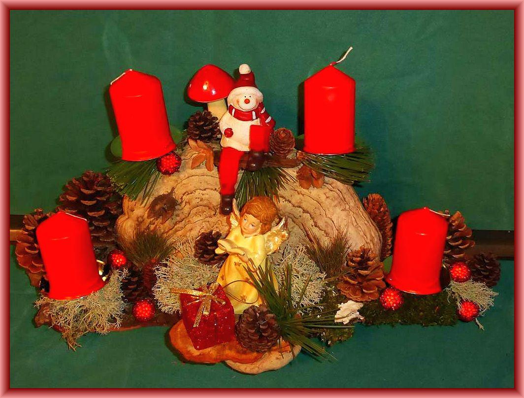 45. Kompaktes 4er Gesteck mit Echtem Zunderschwamm auf stabiler Baumrinde mit roten Stumpenkerzen, Rentierflechte, Kiefernzapfen, etwa 45 cm lang und 25 cm tief, Engel und Weihnachtsfigur zu 25.00 €.