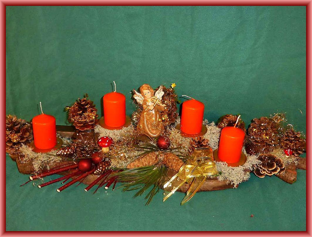 51. Etwa 70 cm langes, knapp 20 cm tiefes 4er Gesteck mit orangen Stumpenkerzen auf satbiler Baumrinde mit Rentierflechte, Schmetterlingstramete, Zapfen, Hartriegelfächer, Engel und filigraner Weihnachtsdekoration für 25.00 €.