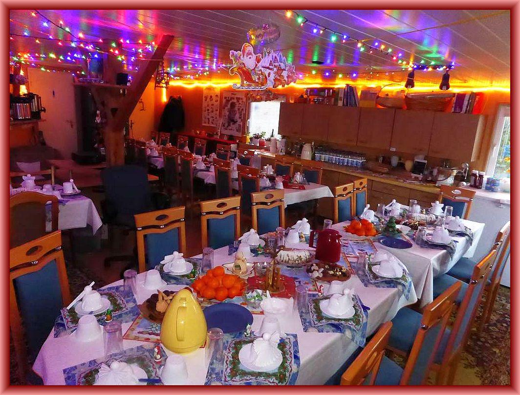 Tagelange Vorbereitungen unserer Gastgeberin gipfelten in einer gemütlich eindeckten und weihnachtlich dekorierten Weihnachtstube, die auf ihre Gäste wartete.