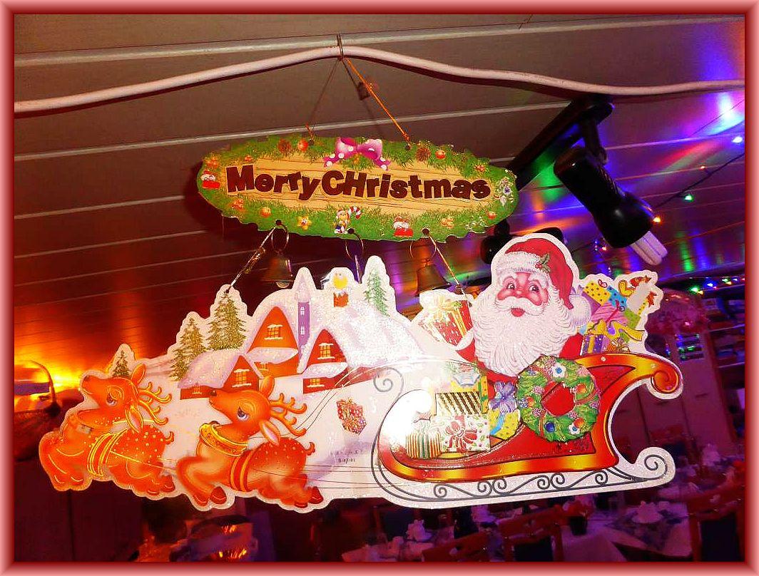 Auch der Weihnachtsmann war aus dem hohen Norden mit seinem Rentiergespann angereist: Er schwebte über unseren Köpfen und begrüßte die Gäste mit einem herzlichen Merry Chrstmas.