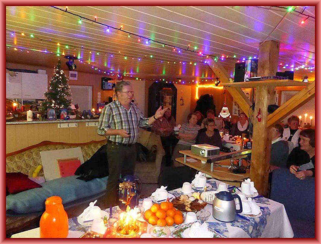 Ulrich Klein während seiner Jahresrückschau die chronolgisch die Veranstaltungen des Steinpilz - Wismar im Jahresrückblick unterhaltsam beleuchteten. Wie es sich gehört unter Beteiligung der Anwesenden, denn es wurden nochmals viele Erinnrungen an ein äußerst bescheidenes Pilzjahr wachgerufen und es entwickelten sich immer wieder locker - heiter Unterhaltungen, so dass aus geplantene 30 Minuten eineinhalb Stunden wurden. Aber dass ist auch gut so, denn es zeigte nur, dass es trotz der schlechten Saison reichlich Gesprächsstoff gab.