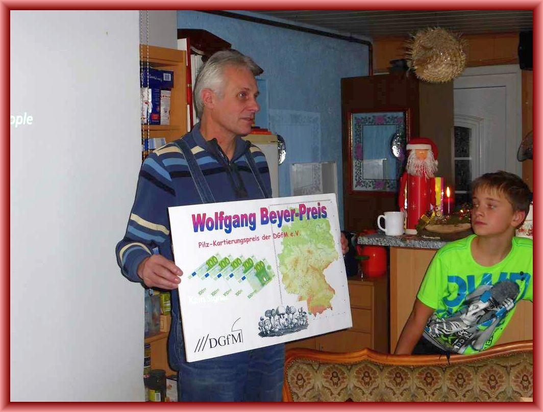 Im Zusammenhang mit einem im nächsten Jahr beginnenden Kartierungsobjekt der DGfM präsentierte uns Benno stolz seinen kürzlich erhaltenen Wolfgang Beyer - Preis. Er erhielt ihn fr herausragende Leistungen in der Pilzkartierung von Mecklenburg - Vorpommern. Vor jahren erhielt er aus dem selben Grund bereits den Adalbert Ricken - Preis.