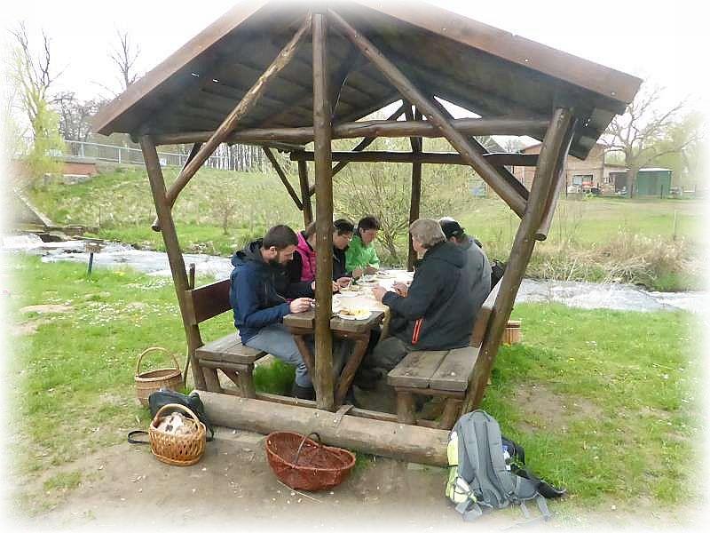 Mittagessen im letzten Jahr an der Fischtreppe im Hellbachtal. Ein großes Dankeschön an unsere gute Seele Irena, da es ganz vorzüglich geklappt und auch geschmeckt hat.