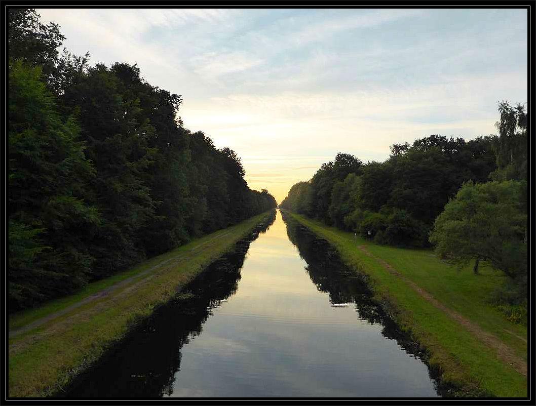 Der Störkanal in der Abenddämmerung von der Brücke aus fotografiert in Richtung Banzkow.