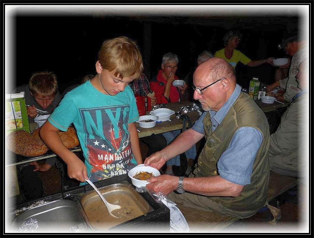 Sohn Jonas serviert die leckere Waldpilzsuppe im letzten Jahr. Er war zusammen mit Mutter Irena für den Imbiss zuständig. Wir sagen Danke, es hat wunderbar gemundet.